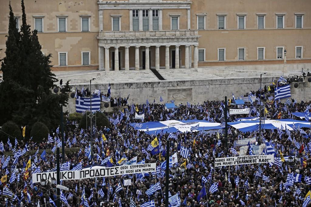 Κόσμος από όλη την Ελλάδα, κρατώντας ελληνικές σημαίες και πανό, συμμετέχει σε συλλαλητήριο ενάντια στη Συμφωνία των Πρεσπών, στο Σύνταγμα, Αθήνα, Κυριακή 20 Ιανουαρίου 2019. Η συμφωνία κατατέθηκε από την κυβέρνηση προς ψήφιση το πρωί του Σαββάτου στη Βουλή. Το συλλαλητήριο διοργάνωσαν οι Παμμακεδονικές Ενώσεις Υφηλίου, η Πανελλήνια Ομοσπονδία Πολιτιστικών Συλλόγων Μακεδόνων, ο Φορέας Ανένδοτου Αγώνα για τη Μακεδονία και τη Δημοκρατία και η Παμμακεδονική ΗΠΑ. Η Συμφωνία των Πρεσπών είναι μία διακρατική συμφωνία ανάμεσα στις κυβερνήσεις της Ελληνικής Δημοκρατίας και της πρώην Γιουγκοσλαβικής Δημοκρατίας της Μακεδονίας με σκοπό την επίλυση του ζητήματος της ονομασίας της Π.Γ.Δ.Μ. ΑΠΕ-ΜΠΕ/ ΑΠΕ-ΜΠΕ/ ΓΙΑΝΝΗΣ ΚΟΛΕΣΙΔΗΣ