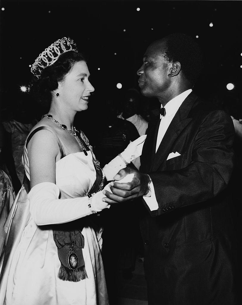 Φωτογραφία (20/11/1962): Η βασίλισσα Ελισάβετ χορεύει με τον Πρόεδρο Κβάμε Νκρούμαχ, που ηγήθηκε της ανεξαρτησίας της Γκάνας από τη Βρετανία (1957) και αποτέλεσε ιστορική μορφή του Παναφρικανικού Κινήματος
